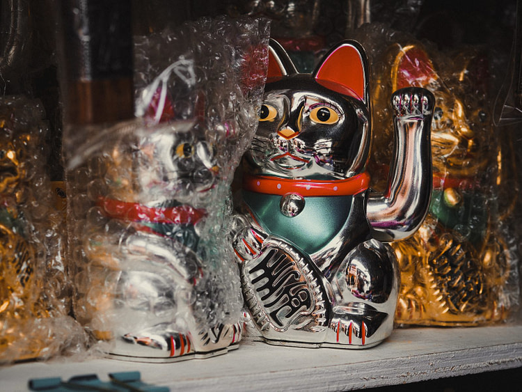 silver-colored Manekineko